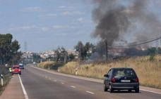 Un incendio de pastos en la carretera de Olivenza provoca cortes de tráfico
