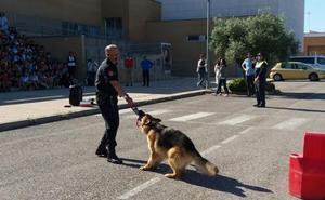 La Unidad Canina de la Policía Local imparte charlas en los colegios