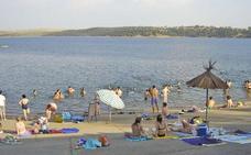 La bandera azul luce ya por noveno año consecutivo en la Playa Dulce de Orellana la Vieja
