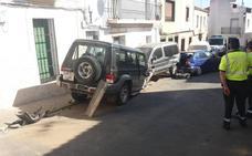 Dos heridos, uno de ellos grave, tras chocar con el coche contra un bolardo y una fachada en Aliseda