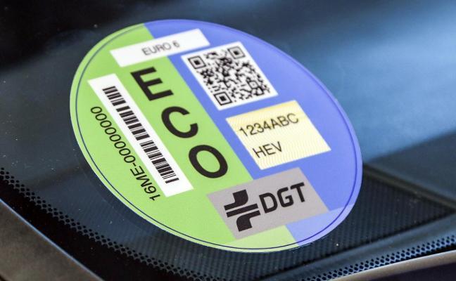 El distintivo ambiental se puede pedir en las oficinas de Correos si no se consigue en Tráfico