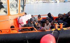 Rescatan a 109 inmigrantes de tres pateras en aguas de Alborán