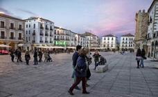 Dos camareros de la Plaza Mayor de Cáceres impiden la huida de un hombre que intentó sustraer un bolso