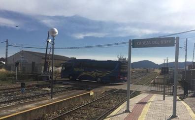 La avería de un mercancías obliga a trasladar por carretera a 22 viajeros que iban en otro tren a Alcázar