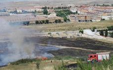 Un incendio en las traseras del cementerio de Cáceres quema más de tres hectáreas