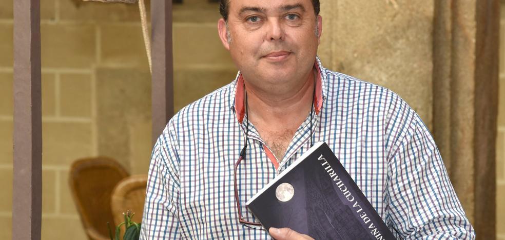 Un vecino de Plasencia publica una novela para pagar tratamientos a perros ciegos