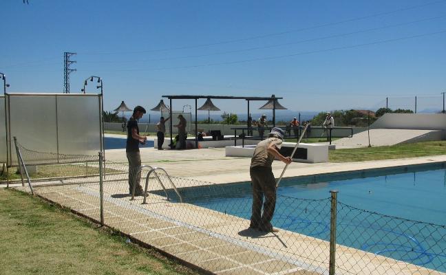 Últimos retoques a las piscinas para el inicio de la temporada en Jaraíz de la Vera