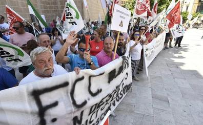 La policía sorprende a nueve trabajadores de FCC mientras esparcían basura por la calle en Badajoz