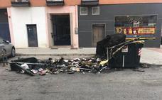Arden cuatro contenedores en la calle Jesús Rincón Jiménez de Badajoz