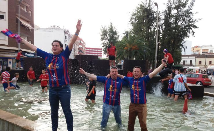 La afición celebra el ascenso del Extremadura en Almendralejo y en Cartagena