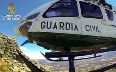 El helicóptero de la Guardia Civil rescata a una barranquista en Madrigal de la Vera