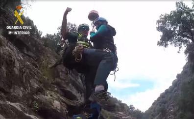 Así rescató el helicóptero de la Guardia Civil a una barranquista en La Vera