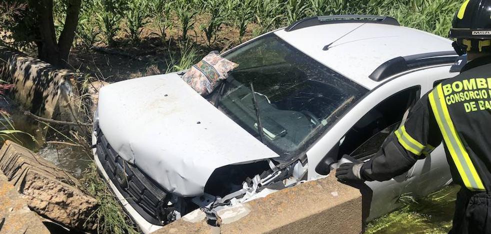 Cuatro heridos graves al chocar contra una arqueta en la Ex-209, en Montijo