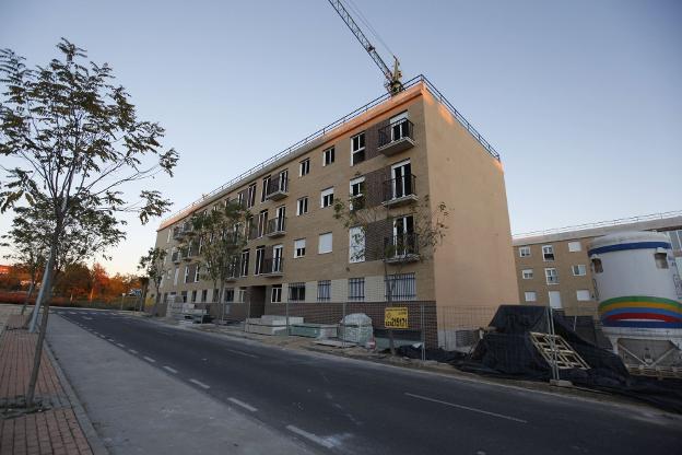Imagen de un edificio en construcción en Cáceres. :: hoy/