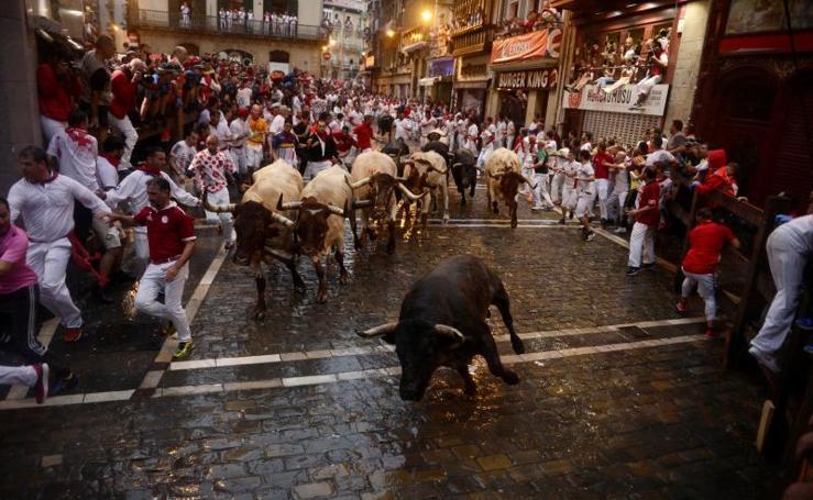 La lluvia protagoniza el encierro de los toros de José Escolar