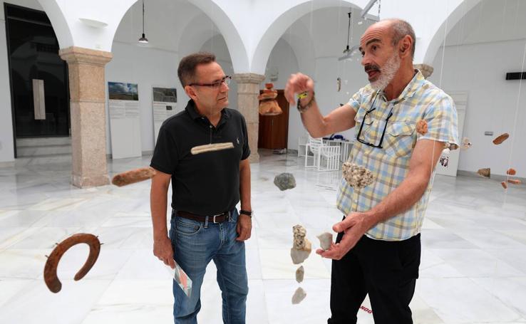 Exposición 'Camino de piedras' en la Asamblea de Extremadura
