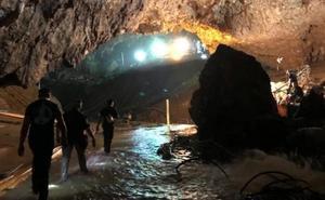 Los doce niños y su entrenador atrapados en la cueva de Tailandia ya están a salvo