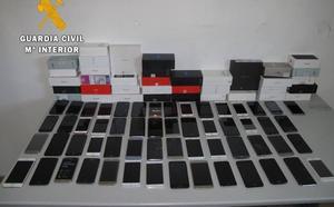 Detenida la trabajadora de una tienda de telefonía en Montijo por estafar a 149 clientes