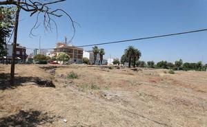 Operarios municipales realizan el desbroce del solar del Museo Visigodo de Mérida