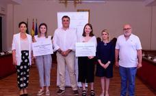 El Ayuntamiento beca en Coria a dos alumnas del instituto Alagón por sus expedientes