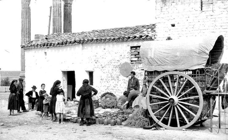 Vendiendo botijos en un pueblo fantasma de Cáceres