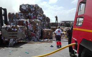 Un bombero herido leve por calor cuando trabajaba en la extinción de un incendio en una nave de Almendralejo