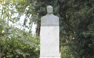 La Universidad Popular restaurará la estatua de Muñoz Chaves, ubicada en el Paseo de Cánovas