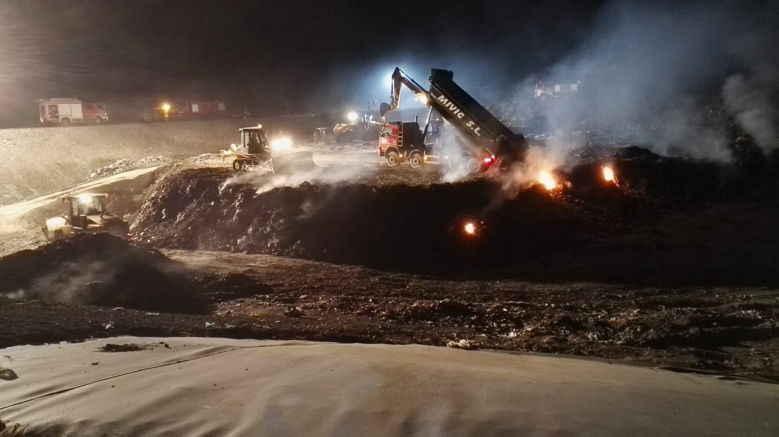 Los bomberos sofocan un incendio en el ecoparque de basuras de Navalmoral
