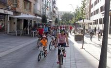 Entregado a los grupos municipales la propuesta para regular en Cáceres el uso de bicis y patinetes eléctricos