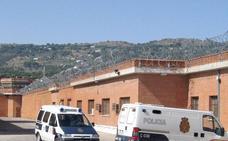 Una funcionaria de prisiones resulta herida al ser empujada por un interno