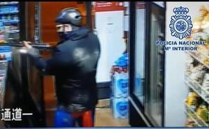 Detenido por atracar dos tiendas vestido de Superman y armado con escopeta