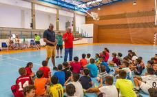 Vicente Paniagua y Joe Arlauckas, en un clinic de baloncesto