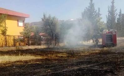Un incendio entra en el patio del colegio Manuel Pacheco en Badajoz