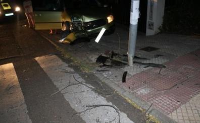 Una conductora de 72 años empotra un coche contra una farola en Badajoz