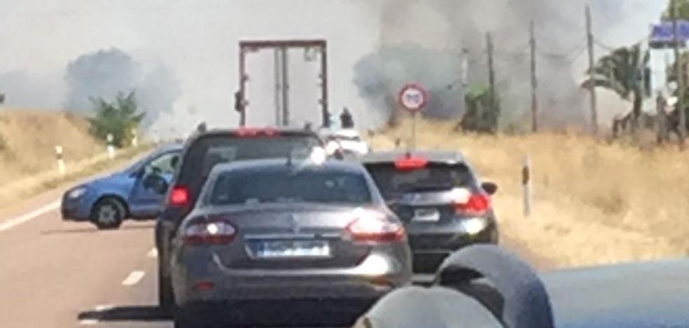 Arden 15 hectáreas de pastos y un coche en la carretera de Sevilla cerca de Badajoz