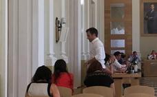Pleno exprés en Cáceres, sin cinco concejales y otro que se ausenta