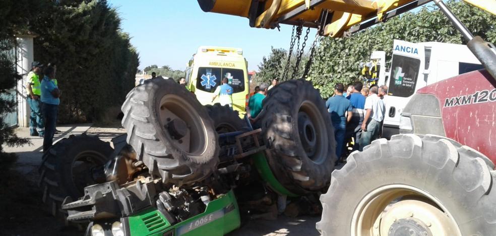 Los bomberos rescatan a un hombre que quedó atrapado al volcar un tractor en Bienvenida