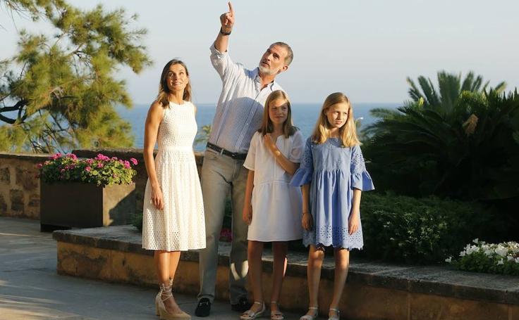 Los Reyes y sus hijas posan en el Palacio de la Almudaina