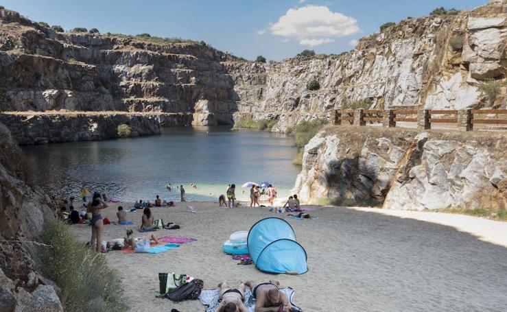 Imágenes de la piscina natural La Cantera, en Alcántara