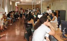 Critican el colapso para renovar el DNI y pasaporte en Extremadura
