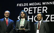 El joven que rechazó un premio de Zuckerberg gana el 'Nobel' de las matemáticas
