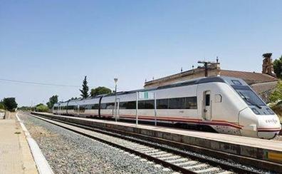 Una avería en el tren que une Puertollano y Badajoz obliga a los pasajeros a viajar en autobús y taxis