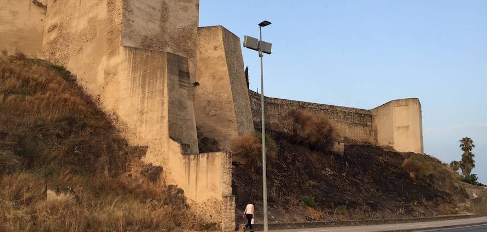 Un incendio en la Alcazaba de Badajoz roza la muralla