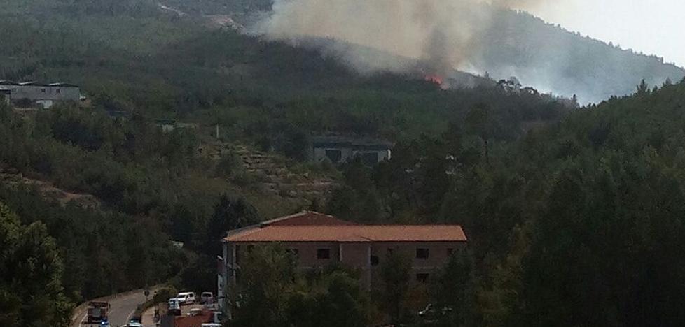 Un incendio en Las Hurdes moviliza a 12 medios aéreos y corta una carretera