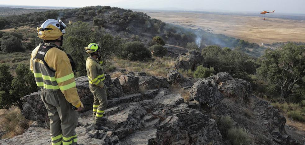 Alarma en la Sierrilla de Cáceres por un incendio que quedó a 30 metros de las casas