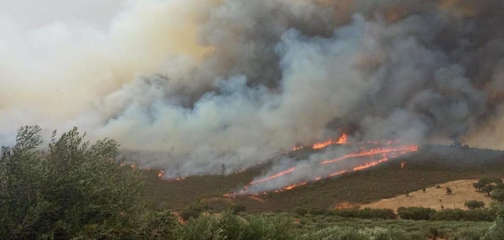 Los medios aéreos se retiran del incendio de San Vicente de Alcántara, que sigue activo