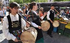 El 'Lunes Menor' celebra a ritmo de folclore la apertura del mercado