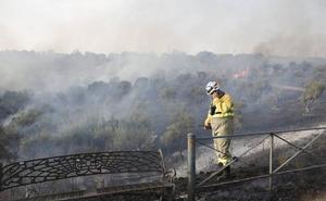 Las llamas vuelven a hacer acto de presencia en la zona en La Sierrilla de Cáceres