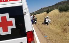 Tres heridos tras una salida de vía y vuelco de un vehículo entre Oliva de Mérida y Palomas