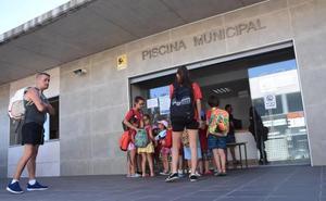 La piscina de San Roque de Badajoz se queda pequeña y por las tardes es imposible entrar